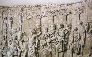 Prikaz Trajanovog mosta na stubu u Rimu